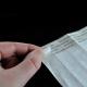 Fjernelse af papir belagt med silikone for at beskytte klæbemidlet på tyvek papirmarkeringsmærker