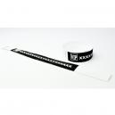 Armbånd med sort papir og hvidt tryk