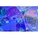 Autentificering af pengesedler ved hjælp af en UV-lygte.