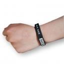 Silikonearmbånd  med farvefyldning på håndleddet