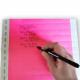 Skriv med en kuglepen på farvede papirarmbånd